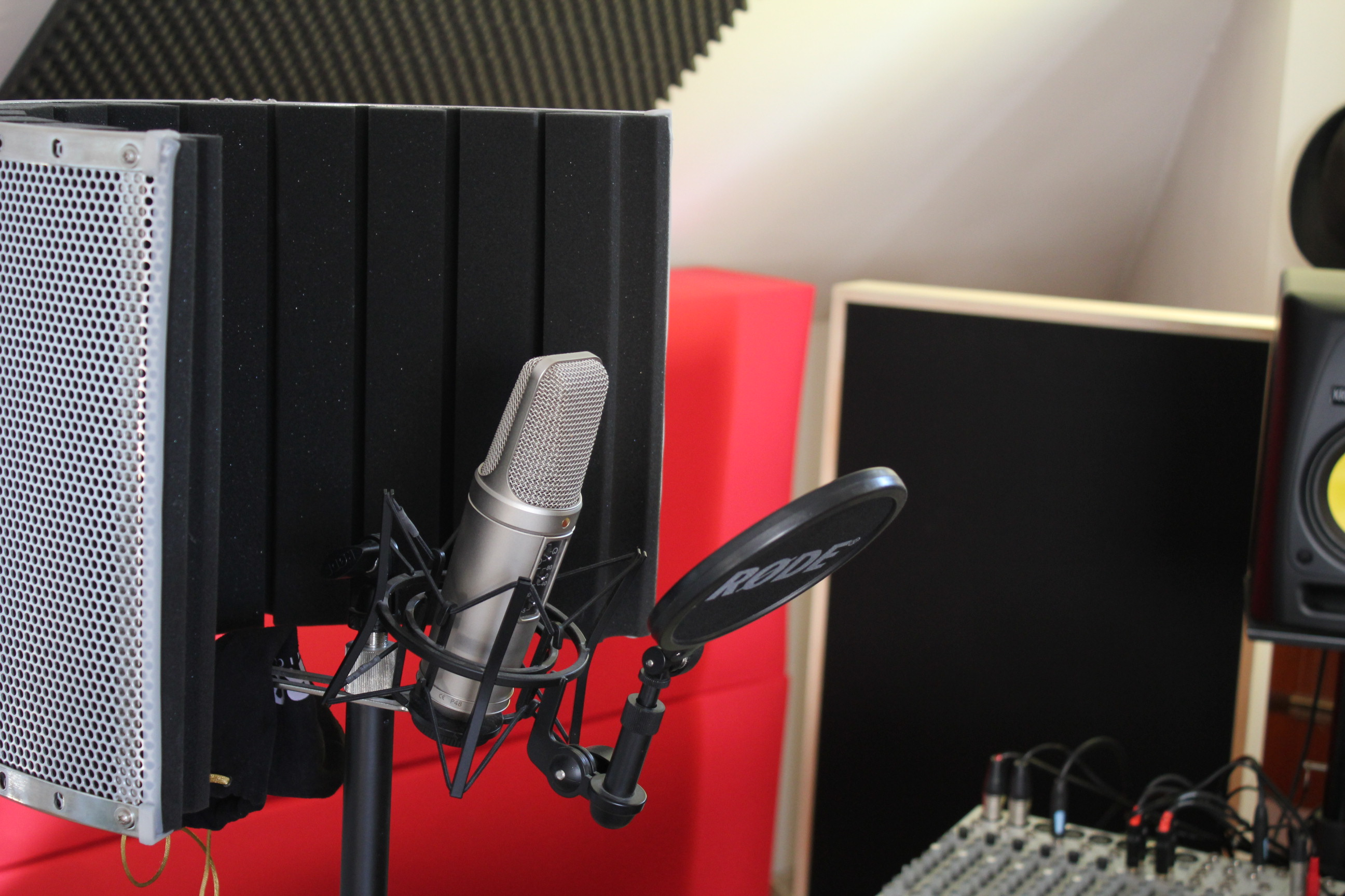 Male Voice Over English / French / Dutch